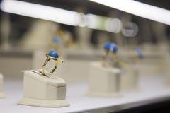 Anel de ouro com pedra azul   imagem de stock royalty free
