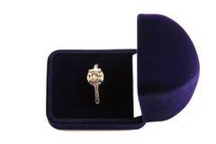 Anel de ouro com pedras preciosas Fotos de Stock
