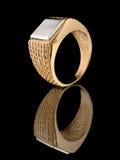 Anel de ouro com reflexão no preto Foto de Stock