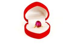 Anel de ouro com uma pedra do rubi na caixa Fotos de Stock