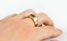 Anel de ouro do ` s dos homens com os diamantes na mão Imagens de Stock