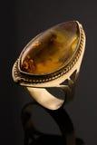 Anel de ouro do vintage no fundo preto Imagens de Stock