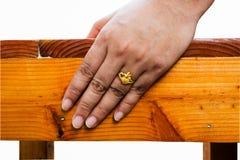 Anel de ouro em seu dedo Fotos de Stock