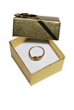 Anel de ouro na caixa de presente Fotos de Stock