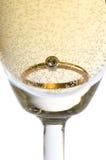 Anel de ouro no champanhe Foto de Stock