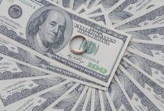 Anel de ouro no dólar Fotografia de Stock Royalty Free