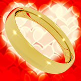 Anel de ouro no fundo de Bokeh do coração Imagem de Stock