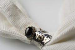 Anel de prata com a pedra do preto do onix Foto de Stock