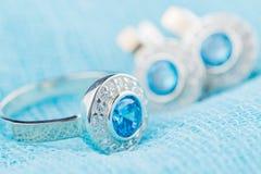 Anel de prata com zircão e a pedra preciosa azul Imagens de Stock