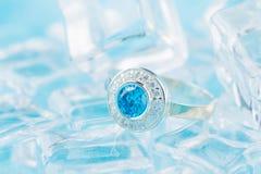 Anel de prata com zircão e a pedra preciosa azul Foto de Stock