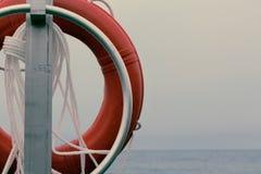 Anel de protetor vermelho da vida em uma praia Imagem de Stock