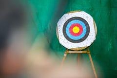 Anel do alvo do tiro ao arco e um arqueiro com uma curva Fotos de Stock Royalty Free
