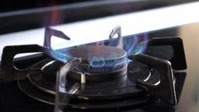 Anel do fogão de cozinha do movimento lento que queima-se após ligado a chama do isqueiro do fogo filme