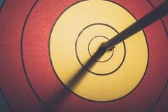 Anel do objetivo da batida da seta no alvo do tiro ao arco Imagem de Stock