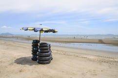 Anel do pneu na praia Fotos de Stock Royalty Free
