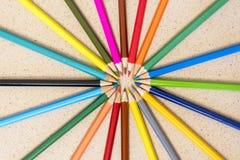 Anel dos lápis em um fundo claro Lápis coloridos imagens de stock