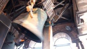 anel dos sinos em uma torre de igreja video estoque
