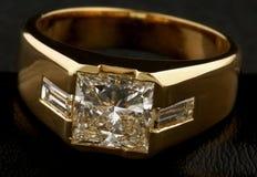Anel dourado com diamantes Fotos de Stock