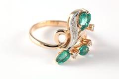 Anel dourado com diamantes e esmeralda Imagem de Stock