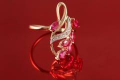 Anel dourado com diamantes e rubi Fotografia de Stock