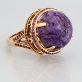 Anel dourado com pedra cor-de-rosa Imagem de Stock Royalty Free