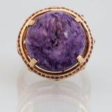 Anel dourado com pedra cor-de-rosa Imagens de Stock