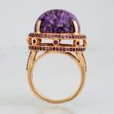 Anel dourado com a pedra cor-de-rosa do verso Foto de Stock Royalty Free