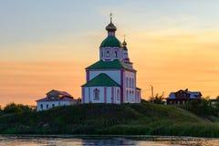 Anel dourado de Rússia, cidade antiga de Suzdal Vista de nivelamento bonita na igreja de Elijah o profeta, no fundo do por do sol foto de stock