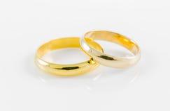 Anel dourado do casamento dos pares Imagem de Stock