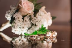 Anel dourado do casamento luxuoso no vidro Imagens de Stock