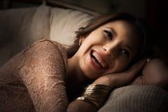 Anel dourado luxuoso caro vestindo de sorriso da jovem mulher rica estúdio imagens de stock royalty free