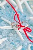 Anel e faixa de casamento em uma estrela de mar Fotos de Stock Royalty Free