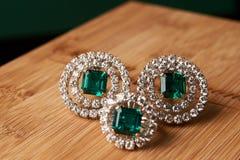 Anel esmeralda e pares de brincos do diamante no ouro Fotografia de Stock