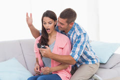 Anel gifting do homem à mulher surpreendida Fotografia de Stock