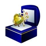 Anel impressionante com o diamante da forma do coração na caixa de presente Fotografia de Stock Royalty Free