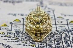 Anel tailandês do amuleto no fundo Imagem de Stock Royalty Free