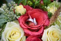 Anel vermelho da flor e de casamento fotografia de stock