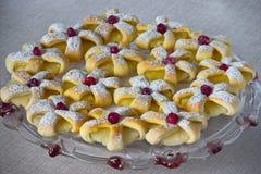 Anelli al forno della pasta sfoglia dell'ananas fotografie stock libere da diritti