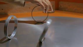 Anelli commoventi sulla superficie di tornitura del metallo stock footage