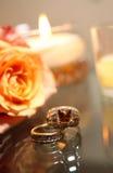 Anelli degli sposi e della sposa - non tradizionali fotografia stock libera da diritti