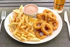 Anelli dei calamari con le patate fritte e la salsa Immagini Stock