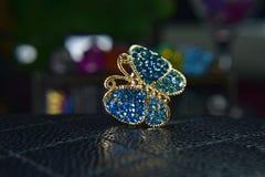 Anelli della farfalla dell'oro decorati con bello acquamarina come gioielli immagini stock libere da diritti