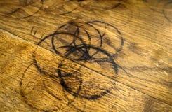 Anelli della tazza su legno Immagini Stock