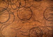 Anelli della tazza su legno Immagine Stock