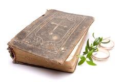 Anelli di cerimonia nuziale & della bibbia Fotografia Stock Libera da Diritti