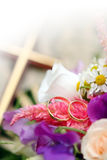 Anelli di cerimonia nuziale con i fiori immagine stock libera da diritti