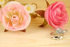 Anelli di cerimonia nuziale con il fiore Immagine Stock