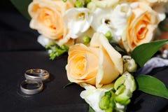Anelli di cerimonia nuziale con le rose Immagini Stock