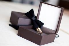 Anelli di cerimonia nuziale con papillon immagini stock
