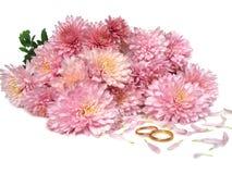 Anelli di cerimonia nuziale davanti ai fiori Fotografia Stock Libera da Diritti